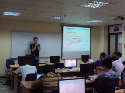 Доц. Д.И.Кирилов ведет занятия со слушателями в PTIT (г.Ханой, Вьетнам)